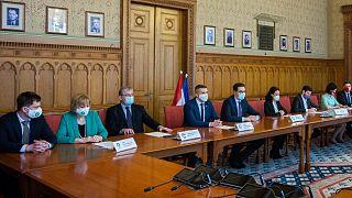 A hat ellenzéki párt elnökei