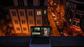 """لقطة من المسلسل التركي """"طيف اسطنبول"""" الذي يعرض  للجمهور العالمي باسم """"إتوس"""""""