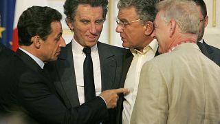 El presidente francés Nicolas Sarkozy, a la izquierda, señala al socialista Olivier Duhamel, 2º a la derecha, en 2007