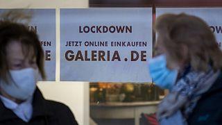 Zwei Frauen vor einem geschlossenen Kaufhaus in Berlin