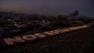 """Vecinos y una ONG escribieron con velas encendidas """"Nos están apagando"""" para protestar por la falta de suministro eléctrico"""