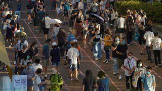الناس يصطفون للتصويت في هونغ كونغ خلال انتخابات تمهيدية غير رسمية لمرشحين مؤيدين للديمقراطية قبيل انتخابات تشريعية في أيلول/سبتمبر. 2020/07/12