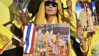 Rama X. hat in Thailand immer noch viele Fans: Anhängerin bei Inthronisierung im Dezember 2019