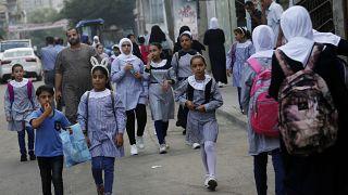 تلاميذ يسيرون نحو مدرسة تديرها الأمم المتحدة في مخيم الشاطئ في قطاع غزة. 2020/08/08