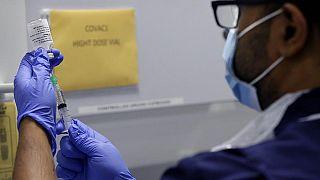 Eine Pflegefachkraft zieht eine Spritze mit dem Corona-Impfstoff in London auf, 5.8.2020