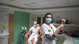 A BioNtech-Pfizer oltás beadása Franciaországban