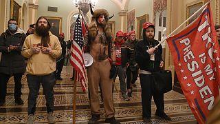 Des partisans de Donald Trump à l'intérieur du Capitole, à Washington, le 6 janvier 2021