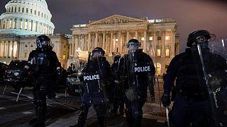 Polícia expulsa manifestantes do Capitólio dos EUA