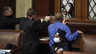 Силы безопасности целятся в демонстрантов, которые пытаются прорваться в зал заседаний Палаты представителей