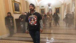 Tüntető a könnygázfüstben az amerikai szenátus ülésterme előtt