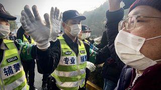 الشرطة الصينية تمنع الصحفيين  خارج محكمة الشعب في منطقة شنغهاي بودونغ الجديدة في الصين.