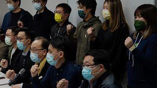 Miembros del partido pro-democrático gritan consignas en respuesta a los arrestos masivos durante una conferencia de prensa en Hong Kong, el 6 de enero de 2021.