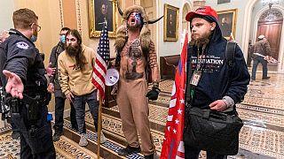 Seguidores de Trump se enfrentan en el Capitolio a los agentes de seguridad