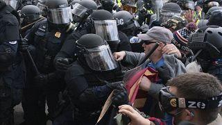 Polizei und Trump-Anhänger stehen sich vor dem Kapitol gegenüber