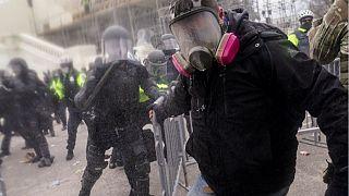 Partidarios de Trump se enfrentan a la barrera policial alrededor del Capitolio, Washington