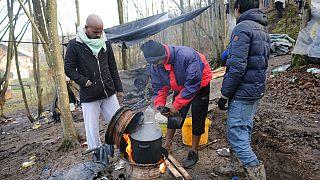Μετανάστες προσπαθούν να μαγειρέψουν