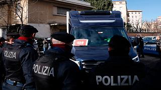 عناصر من الشرطة الإيطالية قرب مستشفى سبالانزاني/روما، السبت 26 ديسمبر 2020