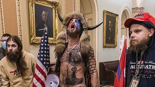 Quién es Q-Shaman, el joven con cuernos que entró en el Capitolio? |  Euronews