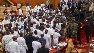 قوة من الجيش في برلمان غانا خلال صدامات بين أعضاء البرلمان في أكرا، غانا