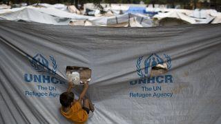Az ENSZ menekültügyi hivatalának jele a görögországi Ritszóna tábor ponyváján