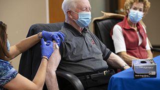 MOderna'nın Covid-19 aşısını olan bir vatandaş.