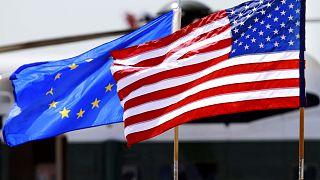 العلم الأمريكي وعلم الاتحاد الأوروبي