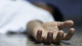 بعد وفاة جارهم.. هنود يحملون جثته إلى المصرف طلبا لمدخراته لتمويل مراسم دفنه