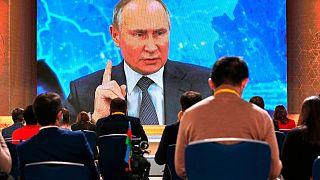 الرئيس الروسي فلاديمير بوتين وهو يتحدث عبر مكالمة فيديو خلال مؤتمر صحفي في موسكو، روسيا
