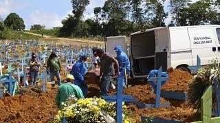 Une victime de plus enterrée au cimetière de Nossa Senhora Aparecida à Manaus - partie amazonienne du Brésil -, le 6 janvier 2021
