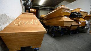 Almanya'da Covid-19'dan hayatını kaybedenlerin konulduğu tabutların üzerine 'Covdi-19' yazılıyor.