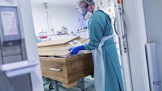 Bestattungsunternehmer Christoph Kuckelkorn schließt einen Sarg in Köln, 18.12.2020