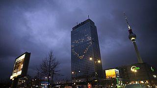 Ablakokból formázott szív egy berlini hotel falán