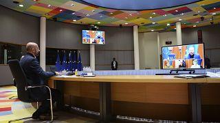 رئيس المجلس الأوروبي ورئيسة المفوضية الأوروبية والمستشارة الألمانية و الرئيس الفرنسي إيمانويل ماكرون خلال اجتماع بتقنية الاتصال المرئي في  ٣٠ ديسمبر2020