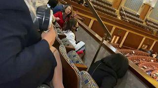 سيدة تصلي في الكونغرس أثناء الاقتحام