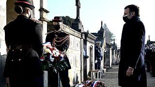 Emmanuel Macron à Jarnac devant le tombeau de François Mitterrand
