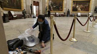 New Jersey temsilcisi Demokrat Andy Kim temizlik çalışmalarına yardım etti