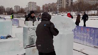 شاهد: انطلاق مسابقة نحت التماثيل الجليدية بدورتها السابعة في بيرم الروسية
