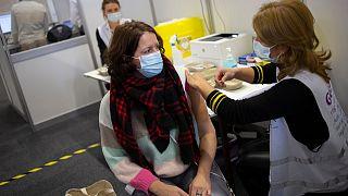 Hollanda'da sağlık çalışanlarına Pfizer/BioNTech aşısı vurulmaya başlandı