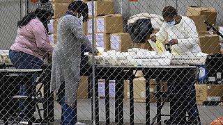 Le operazioni di spoglio in un seggio di Atlanta, Georgia, martedì 5 gennaio 2021