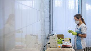 Oltásra készíti elő egy ápoló a Pfizer-BioNTech koronavírus elleni vakcináját a fővárosi Szent János Kórház Kútvölgyi tömbjében 2021. január 5-én.