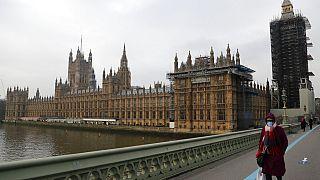 Londra'nın şehir merkezi... Ünlü Thames Nehri, Londra Saat Kulesi ve Westminster Parlamento binası.
