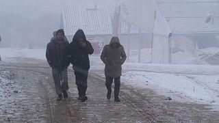 شاهد: نقل مهاجرين في البوسنة إلى خيام أكثر دفئا بسبب سوء أحوال الطقس