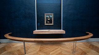"""Le célèbre tableau """"La Joconde"""", que des millions de visiteurs viennent d'ordinaire photographier, dans le musée parisien du Louvre, le 08/01/2021"""