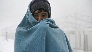 Migrantes na Bósnia esperam por tendas na neve
