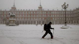 Un esquiador en plena Plaza Mayor de Madrid