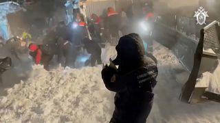 Des secouristes russes à la recherche de victimes après une avalanche
