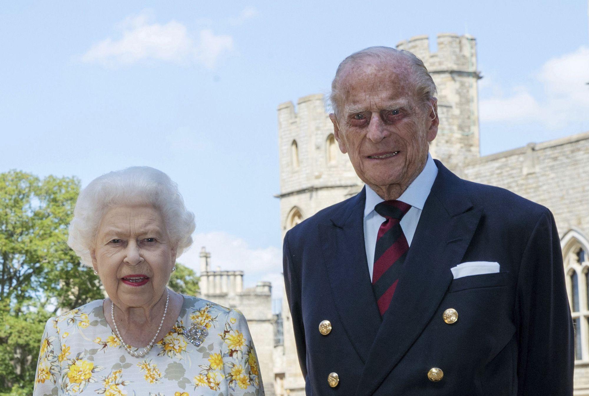 La reina Isabel II y su esposo reciben la primera dosis de la vacuna contra  la COVID-19 | Euronews