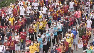 Des milliers de catholiques philippins rassemblés devant une église malgré  les restrictions liées au Covid-19