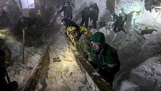 تصاویر جستجو برای نجات؛ سقوط بهمن در نوریلسک روسیه سه قربانی گرفت
