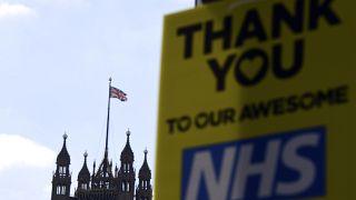 لافتة تشكر العاملين في المجال الصحي في بريطانيا